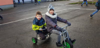 Zwei Kinder auf einem Spiel-Fahrzeug.; Quelle: Badischer Landesverein für Innere Mission / Hohbergschule