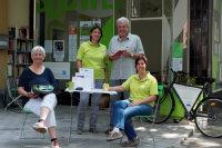 Ehrenamtliche und Hauptamtliche vorm Mitmach-Laden Südwest; Quelle: Amt für Stadtentwicklung, Rosemarie Strobel-Heck