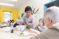 Mittagessen im Martinshaus; Quelle: Badischer Landesverein für Innere Mission